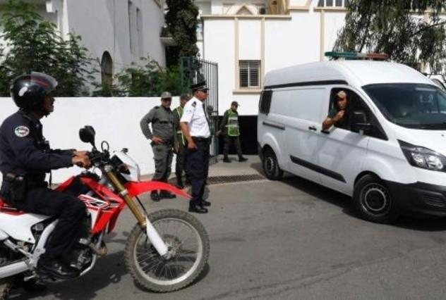 سيارة تقل المتهمين بقتل السائحتين الاسكندينافيتين في المغرب لدى مغادرتهم مقر المحكمة في سلا في 11 يوليو 2019