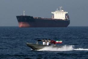 زورق عسكري ايراني قرب ناقلة نفط في مضيق هرمز في أبريل الماضي