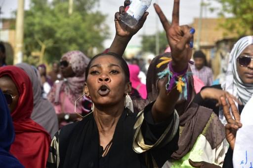 متظاهرة سودانية تهتف خلال مشاركتها في مسيرة لتأبين عشرات المتظاهرين الذين قتلوا في فض دام لاعتصام أمام مقر قيادة الجيش في العاصمة الشهر الفائت