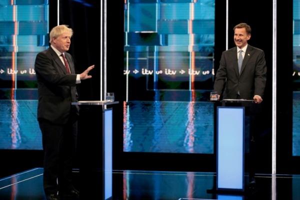 بوريس جونسون ومنافسه على رئاسة الوزراء جيرمي هانت في مناظرة تلفزيونية في مانشستر في 9 يوليو 2019
