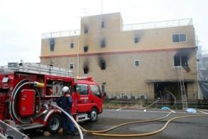 رجال إطفاء في موقع الحريق الذي اجتاح ستوديو الرسوم المتحركة في كيوتو في 18 يوليو 2019