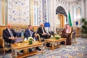 العاهل السعودي خلال استقباله رؤساء وزراء لبنان السابقين
