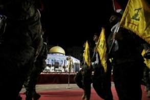 عناصر من حزب الله يؤدون عرضاً أمام مجسّم لقبة الصخرة في ضاحية بيروت الجنوبية احتفالاً بيوم القدس العالمي
