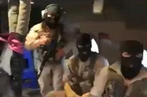 جنود يرتدون أقنعة سوداء وهم يحملون بنادق آلية على سطح الناقلة التي تحمل العلم البريطاني (ستينا إمبيرو)