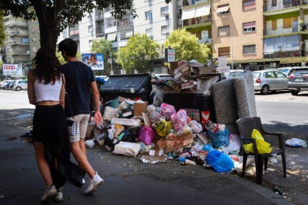 نفايات مكدسة في شوارع العاصمة الإيطالية