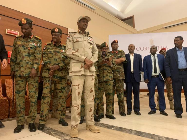 نائب رئيس المجلس العسكري السوداني الحاكم محمد حمدان دقلو (وسط) مع بعض اعضاء المجلس العسكري قبل توقيع اتفاق تقاسم السلطة في الخرطوم في 17 يوليو 2019.