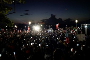 متظاهرون يرفعون هواتفهم النقالة خلال تظاهرة ضد حاكم بورتوريكو ريكاردو روسيلو في 17 يوليو 2019