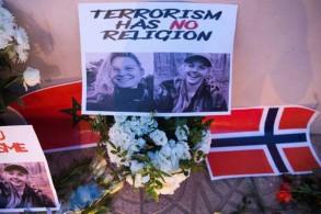 صورة للضحيتين الدنماركية لويزا فيسترغر يسبرسن والنروجية مارين أولاند خلال إضاءة شموع تكريمًا لهما في مراكش في 21 ديسمبر 2018