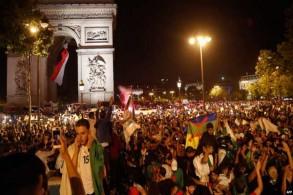 جزائريون في باريس يحتفلون بتأهل منتخب بلادهم إلى نهائي كأس الأمم الأفريقية
