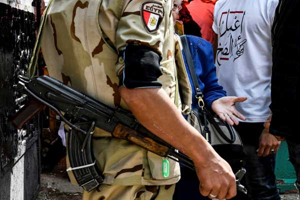 جندي مصري يتحدث إلى امرأة وبجانبها شاب يرتدي