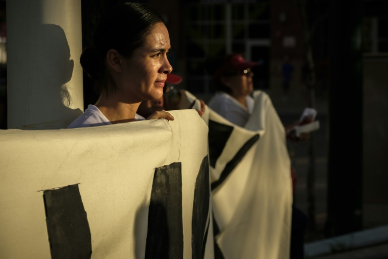 متظاهرة في ال باسو بولاية تكساس احتجاجا على معاملة المهاجرين السريين في مراكز اعتقال في الولايات المتحدة
