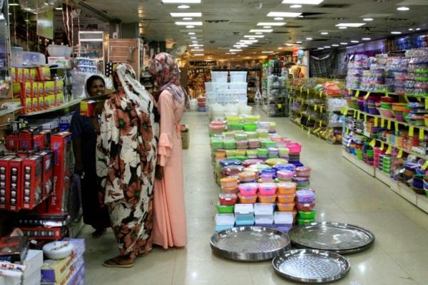 سودانيات يتسوقن في مركز ابو الفاضل التجاري في حي بحري في شمال الخرطوم في 17 يوليو 2019