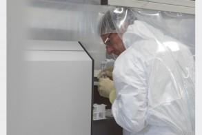 عالم في مختبرات الوكالة الدولية للطاقة الذرية قرب فيينا بتاريخ 8 يونيو 2018