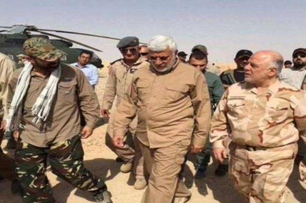 العبادي يتوسط قادة الحشد الشعبي على جبهة القتال ضد داعش سابقا