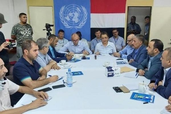 صورة وزعتها الامم المتحدة للجنة تنسيق إعادة الانتشار في الحديدة اليمنية مجتمعة على سفينة في ميناء المدينة اليمنية في 14 يوليو 2019