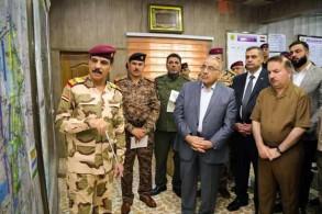 عبد المهدي وقادته العسكريين في مقر عمليات تأمين مناطق محيط بغداد