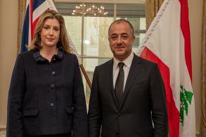 وزيرة الدفاع البريطانية في استقبال نظيرها اللبناني