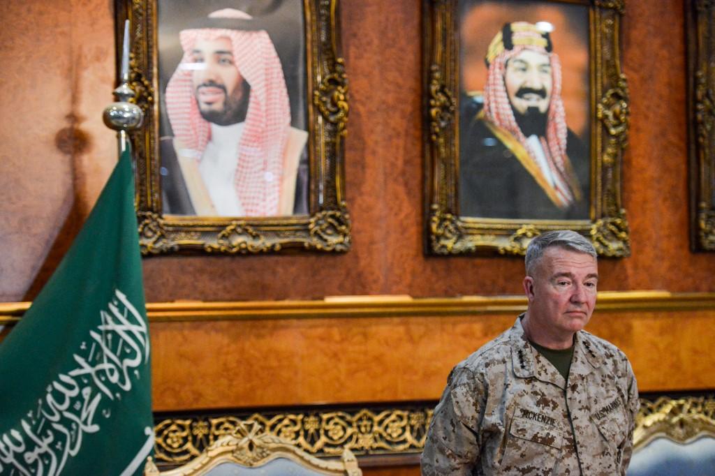 قائد القيادة المركزية الأميركية الجنرال كينيث ماكينزي يتحدّث إلى الصحافيين في الرياض