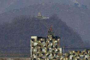 مركز للجيش الكوري الجنوبي (في الأسفل) وآخر للجيش الكوري الشمالي في مدينة باجو على الحدود بين البلدين بتاريخ 16 فبراير 2019