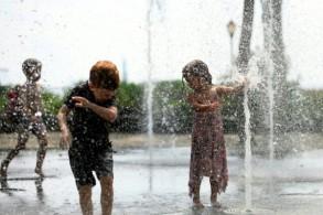 أطفال يلهون في بركة مياه عامة في نيويورك في 19 يوليو 2019