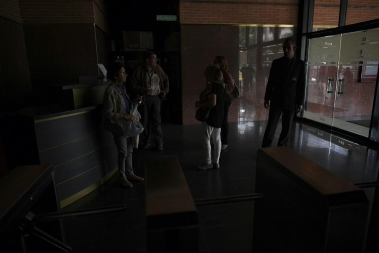 قاعة استقبال في إحدى المؤسسات خلال انقطاع للتيار الكهربائي في كراكاس في 22 يوليو 2019