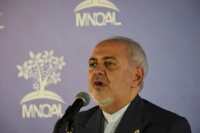 وزير الخارجية الإيراني محمد جواد ظريف متحدثا إلى الصحافيين في كاراكاس