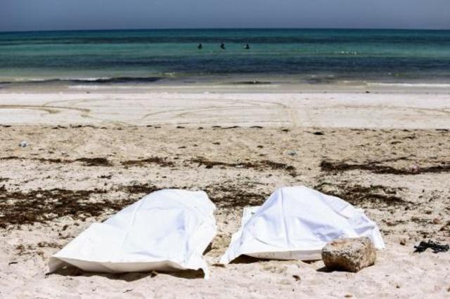 جثتا مهاجرين على شاطىء جزيرة جربة (ولاية مدنين) السياحية في الجنوب الشرقي التونسي بعد حادثة غرق مهاجرين