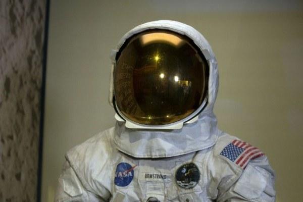 عرض بزة نيل أرمسترونغ بمناسبة مرور 50 عاماً على رحلة أبولو 11 إلى القمر