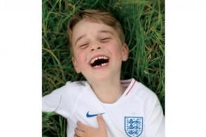 الأمير جورج مرتديًا قميص المنتخب الإنكليزي