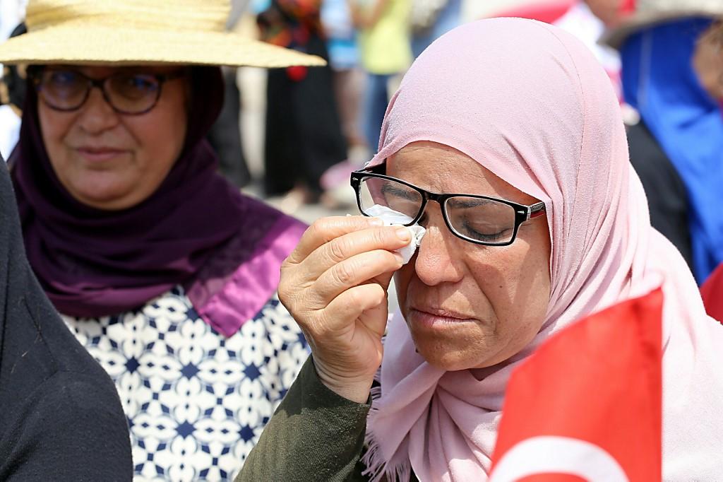 تونسيات يبكين