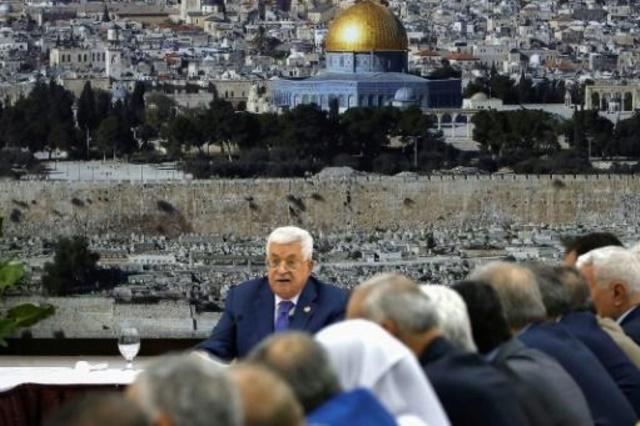 الرئيس الفلسطيني محمود عباس متحدّثاً خلال اجتماع طارئ عقدته القيادة الفلسطينية في مقرّ الرئاسة برام الله اليوم
