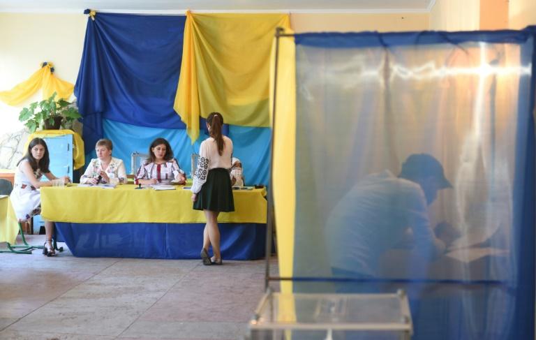 مواطنون يدلون باصواتهم في الانتخابات الاوكرانية