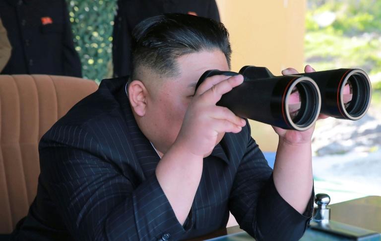 صورة نشرتها وكالة الأنباء الكورية الشمالية الرسمية يظهر فيها الزعيم الكوري الشمالي كيم جونغ أون يحضر مناورات عسكرية في 9 مايو 2019