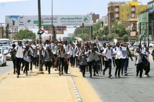 طلاب سودانيون يتظاهرون في الخرطوم في 30 يوليو 2019 للتنديد بمقتل أربعة من زملائهم بالرصاص في مدينة الأبيض