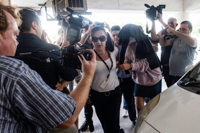 الشابة البريطانية التي اتهمت شبانا اسرائيليين باغتصابها اثناء وصولها إلى محكمة في بارالميني في قبرص