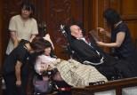 نائبان يابانيان يعانيان من شلل تام يتوليان مهامهما