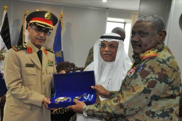 أثناء منح الملحق العسكري السعودي الوسام
