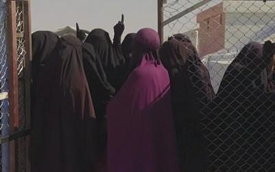 صورة من شريط برنامج (بانوراما) بي بي سي مع عرائس الجهاد في مخيم الهول