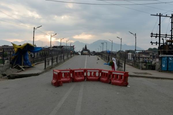 شارع مقفر في سريناغار في 6 أغسطس 2019 خلال فترة حظر تجول