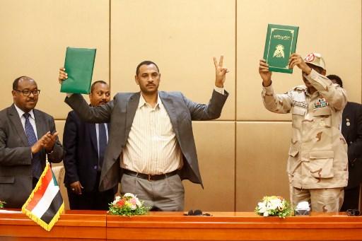المجلس العسكري والمعارضة وقعا على وثيقة دستورية جديدة