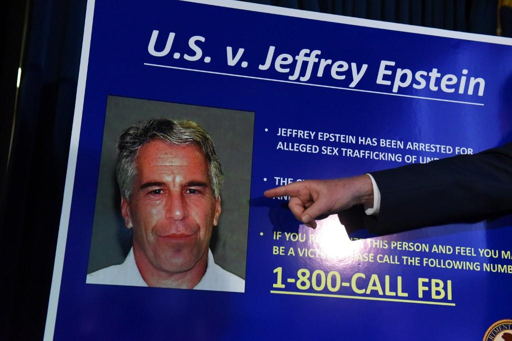 صورة للملياريدير الأميركي جيفري إيبستين مع التهم الموجهة اليه