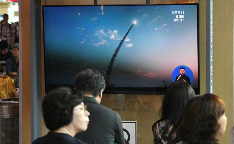كوريون جنوبيون يتابعون في سيول تقريرا تلفزيونيا حول إجراء كوريا الشمالية اختبارا صاروخيا في 6 أغسطس 2019