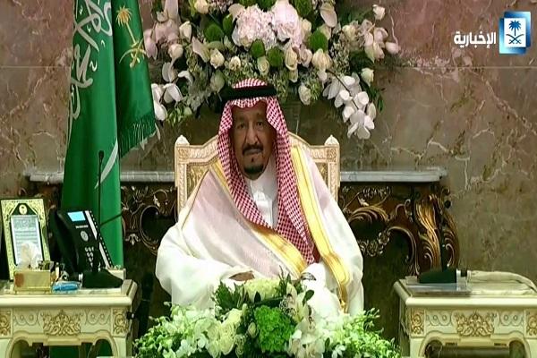 الملك سلمان بن عبد العزيز خلال استقباله الأمراء والعلماء وقادة القطاعات العسكرية
