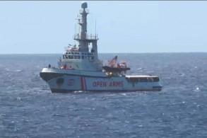صورة من فيديو نشره نشطاء لسفينة الإغاثة أوبن آرمز قبالة جزيرة لامبيدوسا في 15 أغسطس 2019