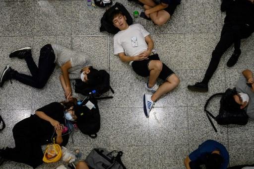 محتجون يفترشون ارضية المطار في هونغ كونغ