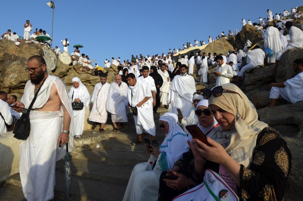 حجاج يتلون القرآن والدعاء على صعيد عرفات من لوحات رقمية ذكية