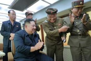 صورة وزعتها وكالة الأنباء المركزية الشمالية في 16 أغسطس للزعيم الكوري الشمالي يشرف على اختبار سلاح جديد