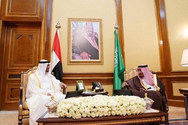 الملك سلمان خلال استقباله محمد بن زايد