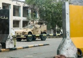 مدرعة قرب البنك المركزي في عدن بعد انسحاب القوات الانفصالية