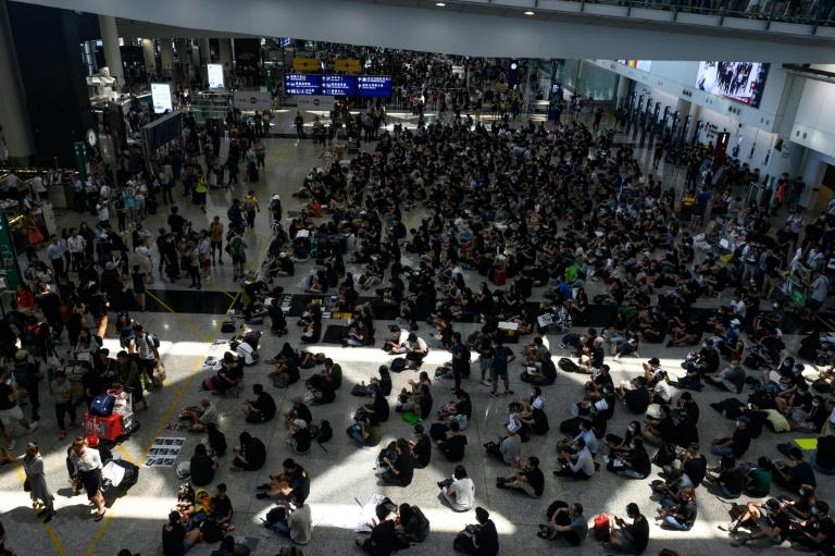 متظاهرون في مطار هونغ كونغ الثلاثاء 13 آب/أغسطس 2019